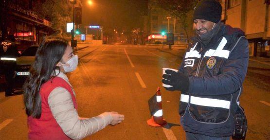 GÖREVLİ POLİSLERE SICAK ÇAY