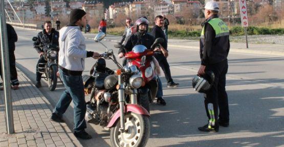 MOTOSİKLET SÜRÜCÜLERİNE 54 BİN LİRA CEZA KESİLDİ