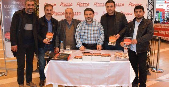 """PİAZZA'DA """"MADALYASIZ""""IN YAZARI  OKUYUCULARIYLA BULUŞTU"""